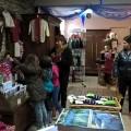 Les enfants découvrent la boutique